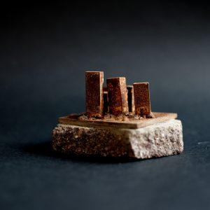 Mauro Pinotti, Futuro semplice, 8x8x8 cm, ferro con base in porfido, 2018